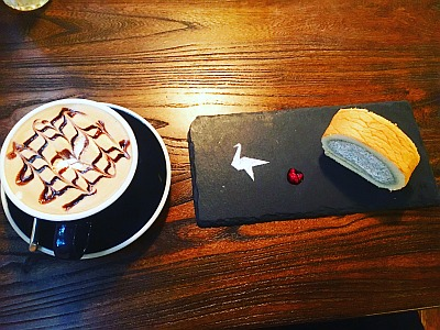 Cafe scene by Tamar Hela